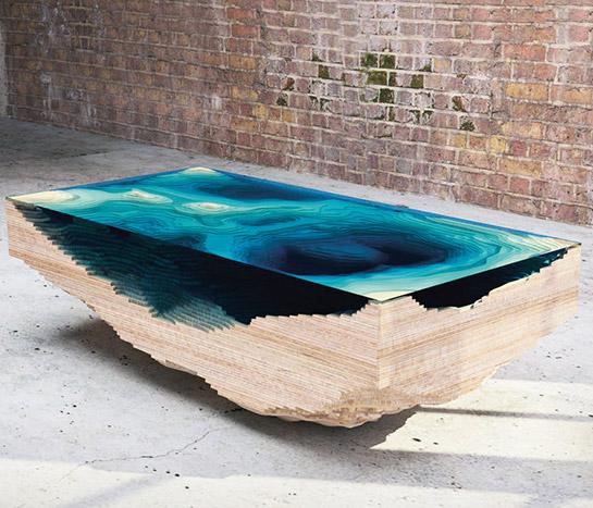 """3 """"Abyss"""", Abgrund, heißt der Tisch aus Holz und Glas von Duffy London – eine 3D-Nachbildung einer geologischen Ozean-Karte."""