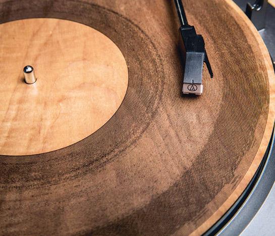 4 Klingende Jahresringe: Für ihre Schallplatten graviert die amerikanische Physikerin und Programmiererin Amanda Ghassaei mit einem Laser Tonspuren in Ahorn-Scheiben