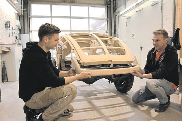 Tischlerei Cluse baut mit Fünf-Achs-Fräser Fahrzeug-Aufbau aus Esche